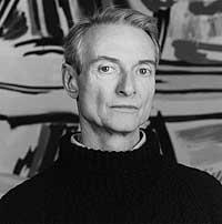 Roy Lichtenstein in posa davanti una sua opera